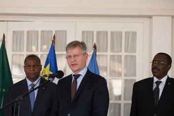Le chef des opérations de paix de l'ONU, Jean-Pierre Lacroix (au centre), à un point de presse à Bangui, en République centrafricaine, aux côtés du Président de la RCA, Faustin Archange Touadéra lors d'une visite en janvier 2019.