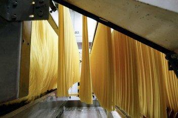 Fabrication de spaghettis dans une usine de pâtes alimentaires à Parme, en Italie (archives)