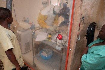 Un agent de santé examine un bébé âgé d'une semaine sous une tente d'isolement dans un centre de traitement d'Ebola à Beni, dans le Nord-Kivu, en République démocratique du Congo. 3 décembre 2018.