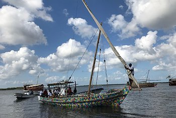 "O ""FlipFlopi"" é o primeiro veleiro de nove metros feito de 10 toneladas de plástico descartável."