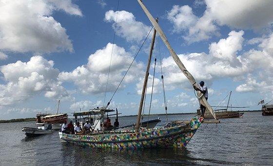 القارب فليب فلوبي، قارب شراعي تقليدي مصنوع من 10 أطنان من نفايات البلاستيك ويبلغ طوله 9 أمتار، سيكون أول قارب من نوعه يبحر برحلة عالمية في 24 كانون الثاني 2018.