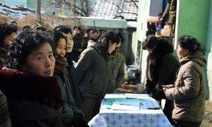 Женщины в Северной Корее, где 43 процента населения недоедают, пришли к пункту распределения гуманитарной помощи