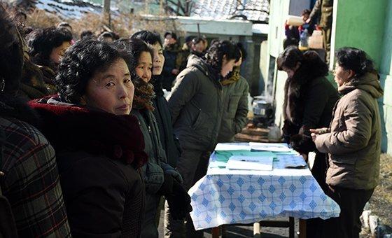 2017年1月26日,在朝鲜松川县,一名妇女在排队在松川县的领取食品分配。