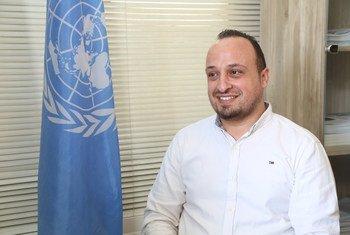 الصحفي الفلسطيني حاتم شرب مدير إحدى المنظمات الإنسانية في غزة، يتحدث مع أخبار الأمم المتحدة. شارك حاتم في برنامج الأمم المتحدة لتدريب الصحفيين الفلسطينيين عام 2009.