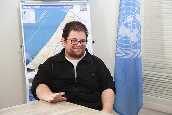 الصحفي الفلسطيني عمر غريب يتحدث مع أخبار الأمم المتحدة في غزة. شارك عمر في برنامج الأمم المتحدة لتدريب الصحفيين الفلسطينيين عام 2012.