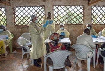 Maafisa wa WHO wakiandaa chanjo ya Ebola huko Butembo DRC.