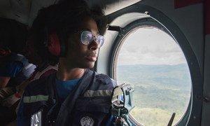 ماري-روزلين دارنيكا بيليزير، عالمة الأوبئة مع فريق منظمة الصحة العالمية الذي يتصدى لتفشي فيروس إيبولا في جمهورية الكونغو الديمقراطية، تسافر بطائرة هليكوبتر إلى بوتيمبو في شرق البلاد في يناير 2019.