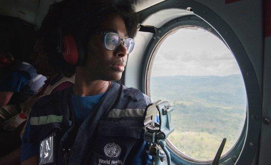 Um trabalhador da OMS que combate o surto de ébola viajando de helicóptero para a área de Butembo.