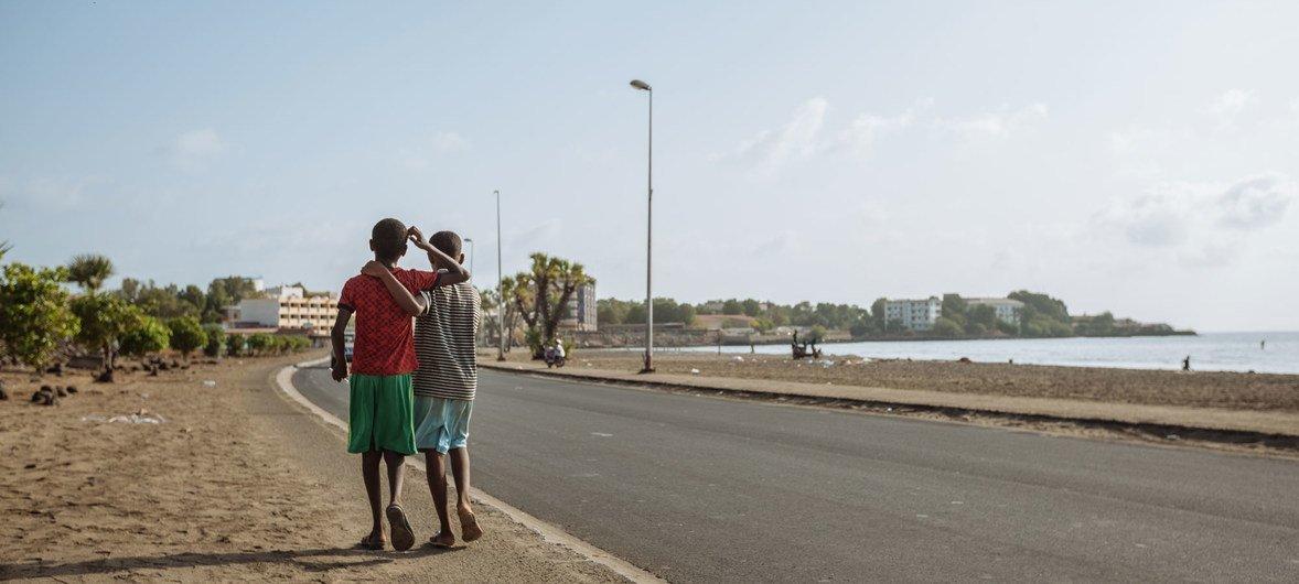 По данным Международной организации по миграции, тысячи бездомных детей в столице Джибути ночуют под открытым небом на городских пляжах.