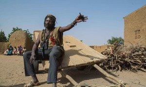 Un homme malien dans un village de la région de Mopti, dans le centre du Mali.