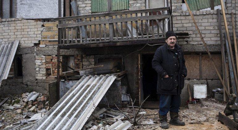 С тех пор, как в 2015 году дом Владислава был обстрелян, он живет в холодном подвале.