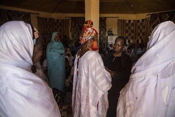La Sous-Secrétaire générale aux opérations de paix, Bintou Keita, rencontre des bénéficiaires d'un projet d'appui aux victimes de violences sexuelles et sexistes à Gao, au Mali.