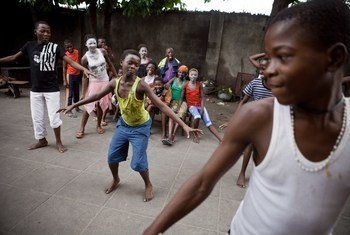 Des enfants jouent dans la capitale congolaise de Kinshasa,