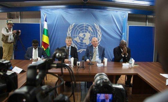 联合国负责维和事务的副秘书长拉克鲁瓦(Jean Pierre Lacroix,左三)与非洲联盟和平与安全事务专员谢尔吉(Smaїl Chergui,右二)在完成对中非共和国的访问之后举行记者会,此次为期两天的访问主要是为了在非洲联盟的主持下,重新开启中非共和国政府与武装团体之间的对话。