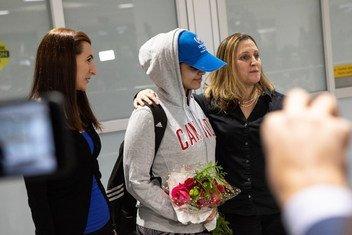 Rahaf Mohammed al-Qunun (centre), une Saoudienne de 18 ans, arrive à l'aéroport international Pearson de Toronto. Elle est accueillie par la ministre des Affaires étrangères du Canada, Chrystia Freeland (à droite), et par Saba Abbas, membre de l'ONG COSTI.