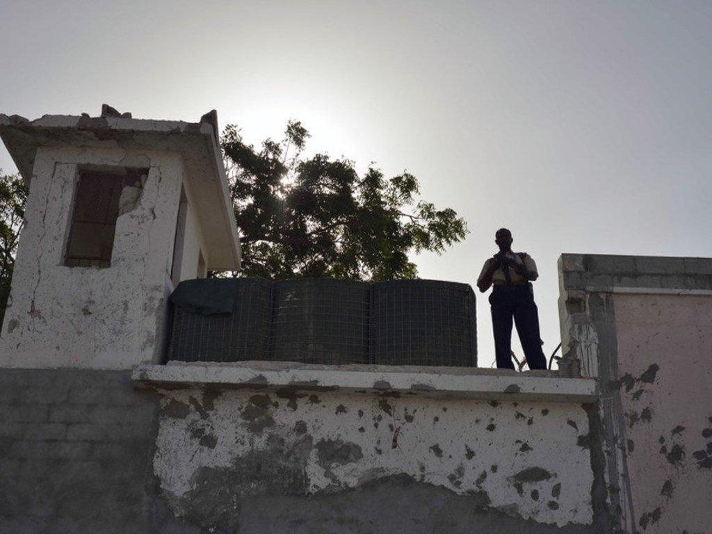 حارس يراقب مقر الأمم المتحدة في مقديشو بالصومال (صورة من الأرشيف 2013)