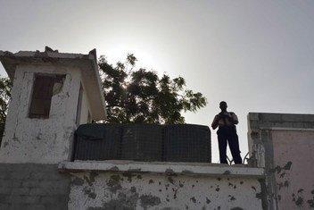 Un garde dans un mirador du complexe de l'ONU à Mogadiscio, en Somalie (archives - juin 2013)