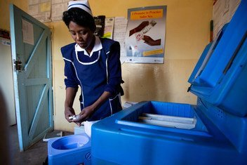 ممرضة تعمل في مركز شباسونجي الصحي في منطقة شيبويونجي ، زامبيا