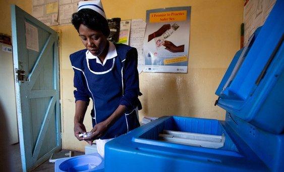 Enfermeira Gezile Maseko trabalha com vacinas no Centro de Saúde Shabasonje em Shibuyunji, na Zâmbia