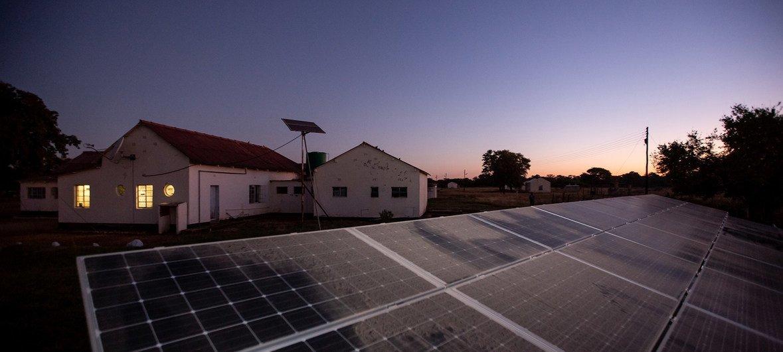 Painéis solares no Hospital Rural de Bulawayo, no Zimbabwe.