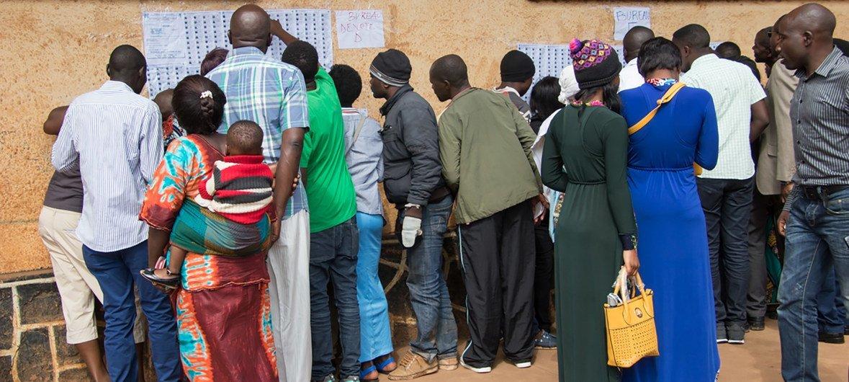 कांगो में चुनाव के दौरान सूची में अपना नाम देखते वोटर.