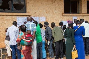 Wapiga kura wakiangalia majina yao kwenye orodha ya wapiga kura wakati wa uchaguzi wa rais na wabunge huko Jamhuri ya Kidemokrasia ya Congo, DRC tarehe 30 Desemba 2018