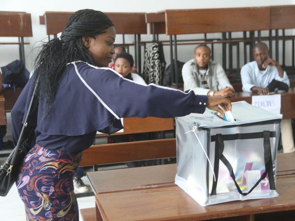 Une électrice dans un bureau de vote à Kinshasa lors des élections présidentielle, législatives et provinciales, en République démocratique du Congo.