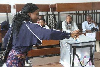 Votantes participan de las elecciones presidenciales en Kinshasa, en la República Democrática del Congo.