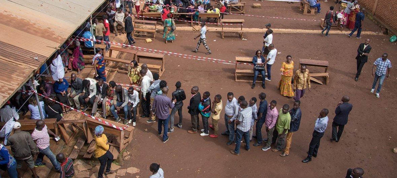ناخبون يصطفون أمام مراكز الاقتراع خلال الانتخابات الرئاسية والتشريعية في جمهورية الكونغو الديمقراطية  - 30 كانون الأول / ديسمبر 2018.
