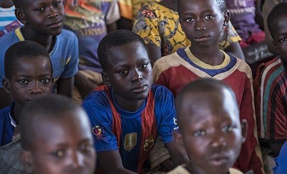 Des enfants centrafricains déplacées par les violences suivent un cours dans une salle de classe situé sur un site de la MINUSCA. (Archive)