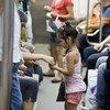 Kiara, una niña de cinco años, trabaja vendiendo baratijas en el metro de Buenos Aires desde hace dos años.