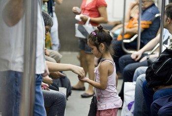 Kiara, de cinco anos, trabalha no metrô de Buenos Aires vendendo ganchos de cabelo desde os três anos