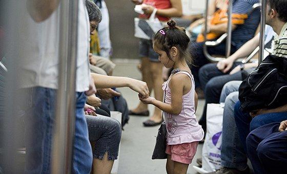 Пятилетняя Киара продает заколки для волос и другие дешевые безделушки в вагоне пригородного поезда  в Буэнос-Айресе. Она занимается этой работой с трех лет.