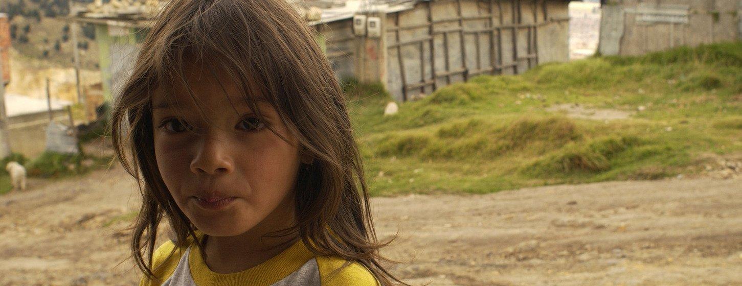 Foto Archivo: Una niña de 5 años frente al pequeño supermercado de sus padres en el empobrecido barrio de Altos de Cazucá , en el municipio de Soacha, en las afueras de Bogotá, Colombia.