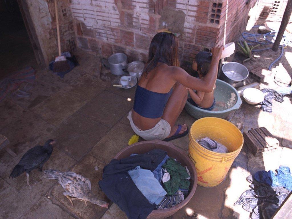 在巴西一个大城市的贫民窟中,14岁的苏珊娜(Susana)正在房后给自己蹒跚学步的侄女洗澡。 苏珊娜被人下了毒并绑架到附近城镇的一个妓院工作了10天,直到她的姐姐将她解救出来。