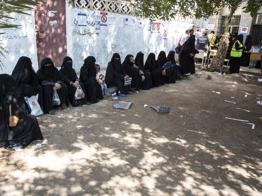 也门人在位于荷台达的粮食计划署中心排队领取粮食券。摄于2018年11月13日。