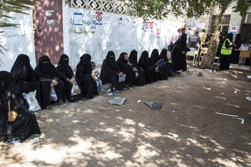 Yemenis queue for food at a WFP food distribution voucher program in the city of Hodeidah.  13 November 2018.