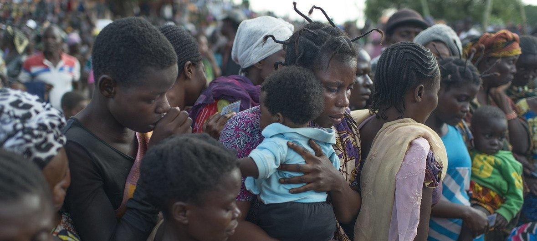 Mapigano ya kikabila huko DRC yamesababisha maelfu ya watu kukimbia makwao, mathalani katika jimbo la Kalemie ambapo wakazi wake pichani wakionekana kwenye sintofahamu.