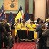 身着黄与黑,戴着头巾,生活在纽约的加里富纳人(Garifuna)用音乐和舞蹈传播自己的文化。