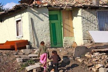 2013年,两个儿童在保加利亚北部舒门镇的罗姆人社区散步。