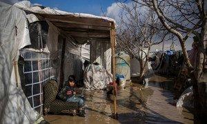 Refugiado sírio, de 9 anos, no acampamento informal em Dalhamiya, no Líbano