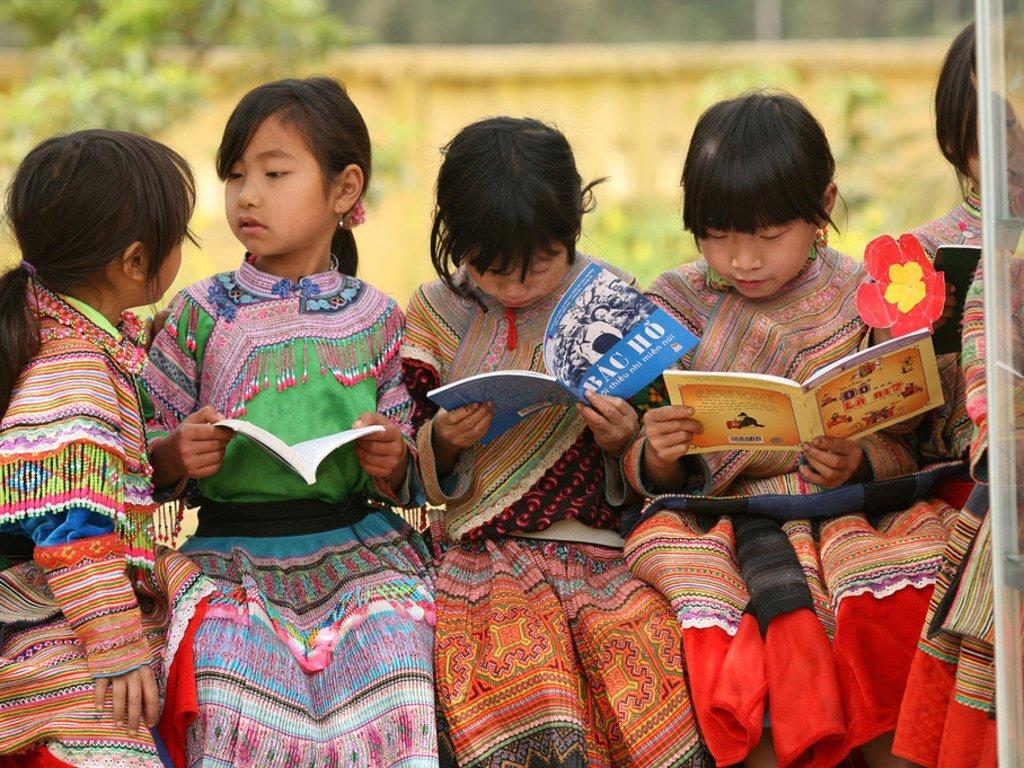 Des fillettes d'une communauté autochtone lisent dans la cour de l'école primaire Ban Pho, dans la province de Lao Cai, au Viet Nam.