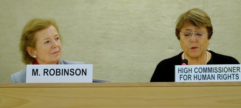 La Haut-Commissaire des Nations Unies aux droits de l'homme, Michelle Bachelet (à droite), et l'ancienne Haut-commissaire aux droits de l'homme, Mary Robinson (à gauche), s'exprimant lors d'une réunion du Conseil des droits de l'homme à Genève.