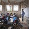 Mkimbizi kutoka Sudan Kusini akifundisha katika shule ya Msingi kwenye kambi ya wakimbizi iitwayo Kule, nchini Ethiopia.