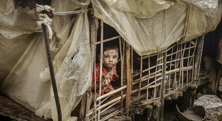 Un niño en su tienda del campamento de Taung Paw en Rakhine, Myanmar.