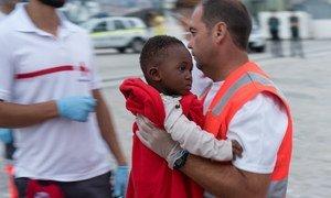 Un enfant est transporté d'un bateau des garde-côtes espagnols à Malaga, en Espagne, après avoir été secouru en mer Méditerranée. (archives : 30 septembre 2018)