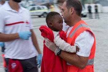 Criança refugiada é levada para o hospital em Málaga, Espanha, depois de ser resgatada