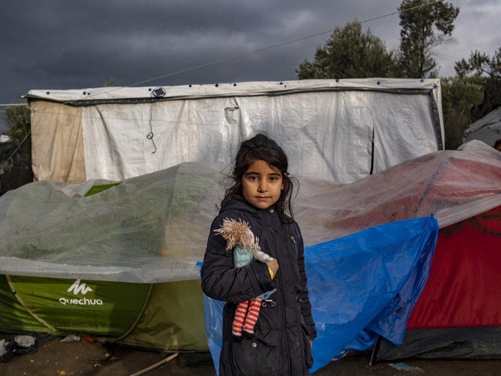 Une fillette devant sa tente dans le centre de réception et d'identification de Moria sur l'île grecque de Lesbos, en décembre 2018.