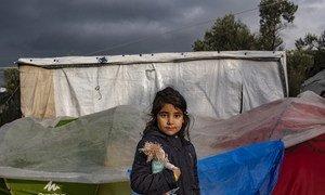 Une fillette devant sa tente dans le centre de réception et d'identification de Moria sur l'île grecque de Lesbos, en décembre 2018 (archive)