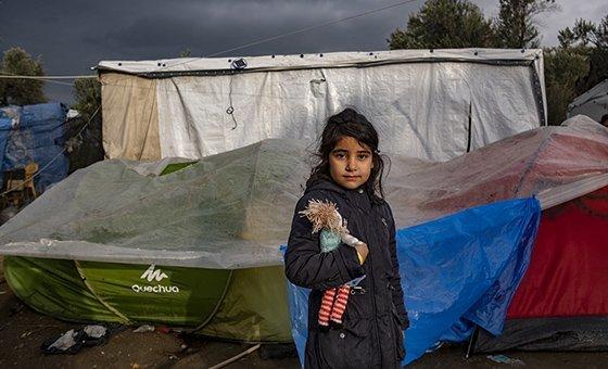 """Uma em cada cinco crianças vive em pobreza extrema, com menos de US$ 1,90 por dia, e quase metade das crianças do mundo vive em pobreza """"moderada"""", com menos de US$ 3,10 por dia."""
